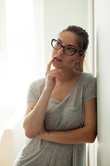 Garota de óculos pensando