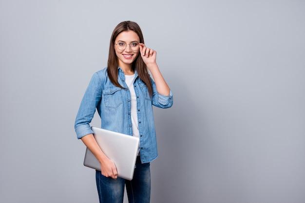 Garota de óculos segurando um laptop