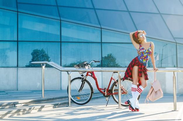 Garota de patins na cidade