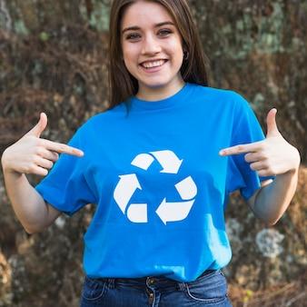 Garota de pé em reciclar camiseta