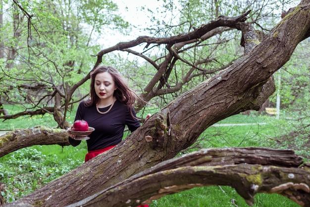Garota de pé perto de um tronco de árvore