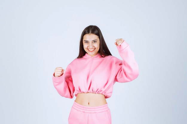 Garota de pijama rosa é a vencedora e mostra os punhos