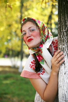 Garota de roupas tradicionais russas