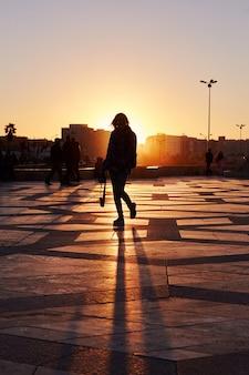 Garota de silhueta ao pôr do sol no inverno em casablanca