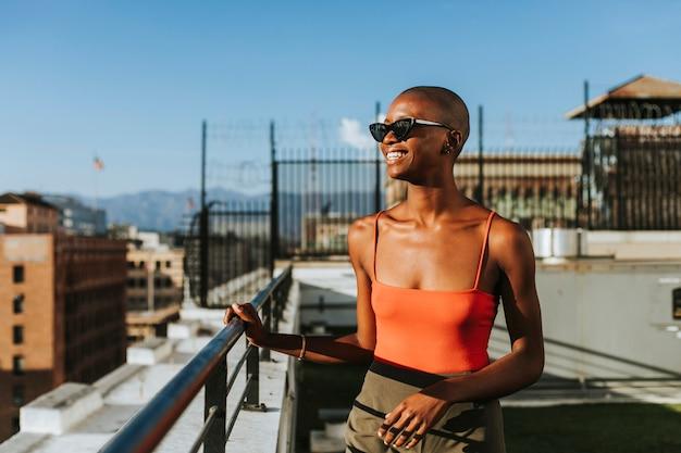 Garota de skinhead em um telhado de los angeles