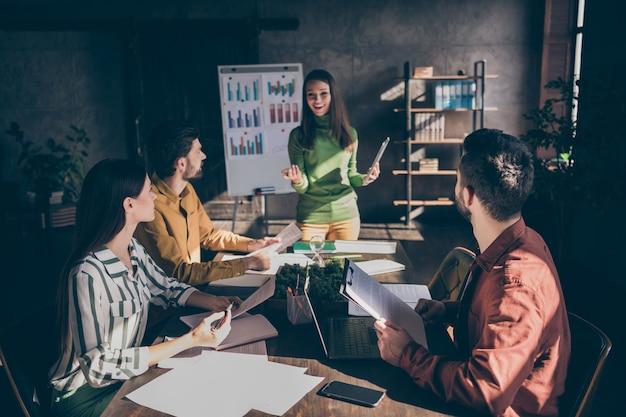 Garota de sucesso positivo apresenta sua estratégia de desenvolvimento de empresa focada em parceiros parceria sentar mesa mesa segurar papéis documentos