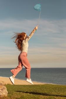 Garota de tiro completo com rede borboleta