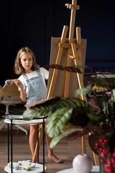 Garota de tiro completo sendo artista