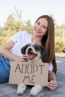 Garota de tiro médio com cachorro de adoção