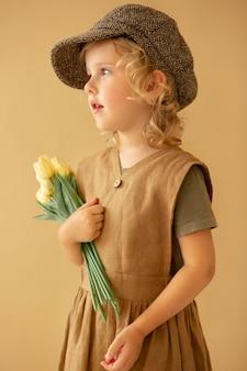 Garota de tiro médio com flores
