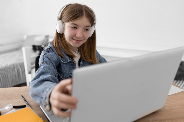 Garota de tiro médio com fones de ouvido