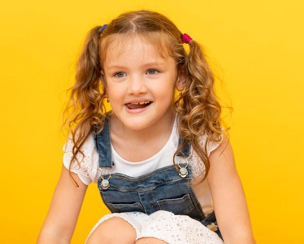 Garota de tiro médio com fundo amarelo