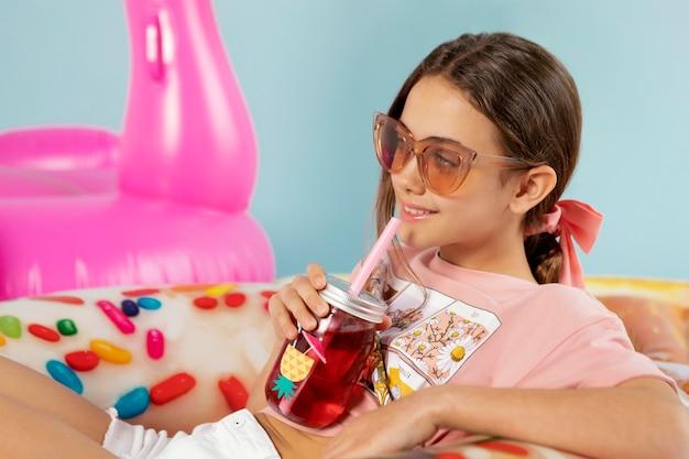 Garota de tiro médio com óculos de sol