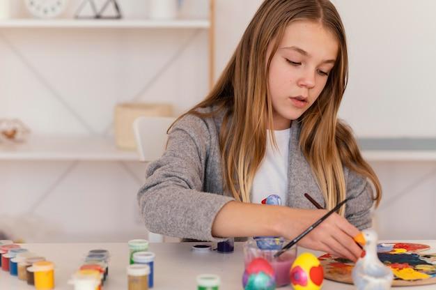 Garota de tiro médio pintando