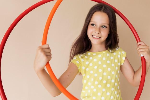 Garota de tiro médio posando com círculos