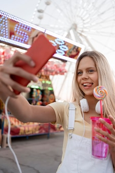 Garota de tiro médio tirando selfie