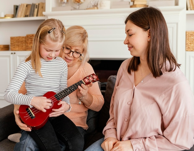 Garota de tiro médio tocando violão