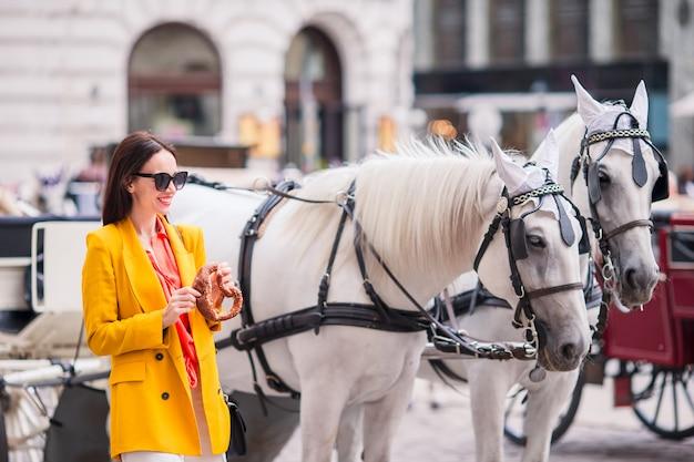 Garota de turista apreciando suas férias na europa em viena