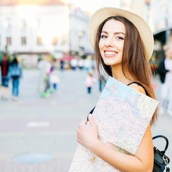 Garota de turista na cidade com mapa