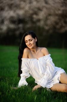 Garota de vestido branco na grama