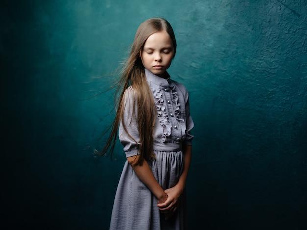 Garota de vestido cinza depressão de descontentamento de emoções de estúdio. foto de alta qualidade