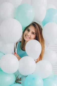 Garota de vestido turquesa com balões