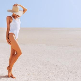 Garota de viagens. deserto. ilhas canárias