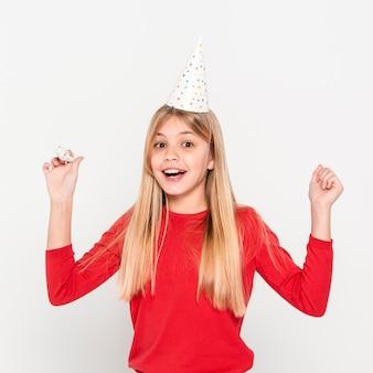 Garota de vista frontal com touca de aniversário