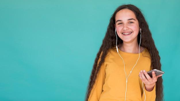Garota de vista frontal, ouvindo música