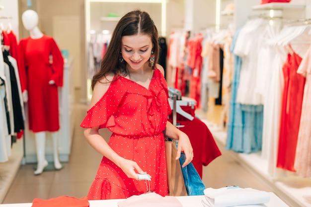Garota de vista frontal, verificando os preços