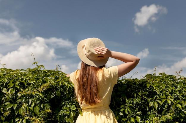 Garota de vista traseira na natureza