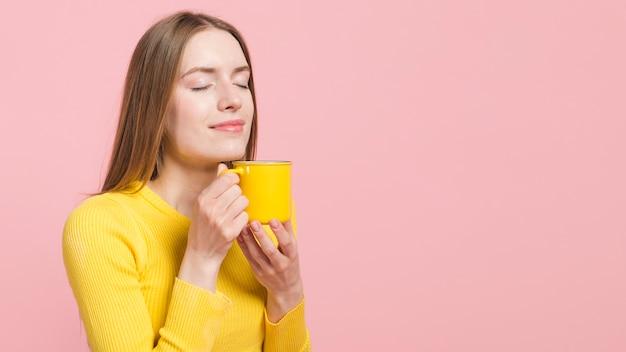 Garota descontraída com café