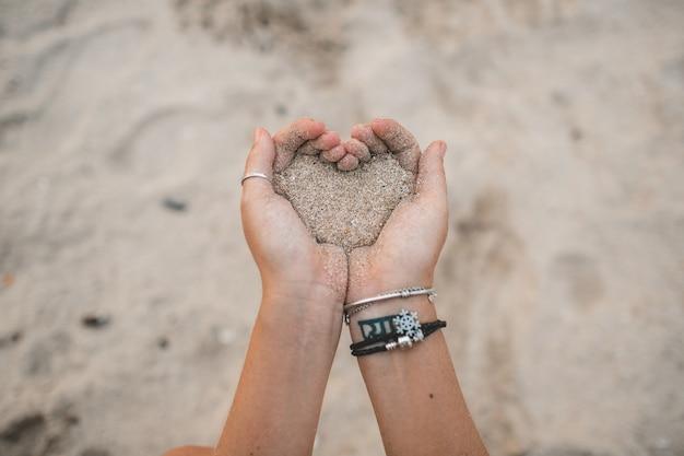 Garota desenha na areia