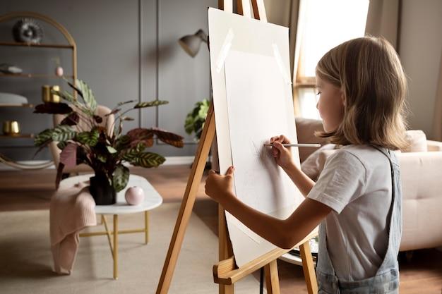 Garota desenhando com lápis, tiro médio