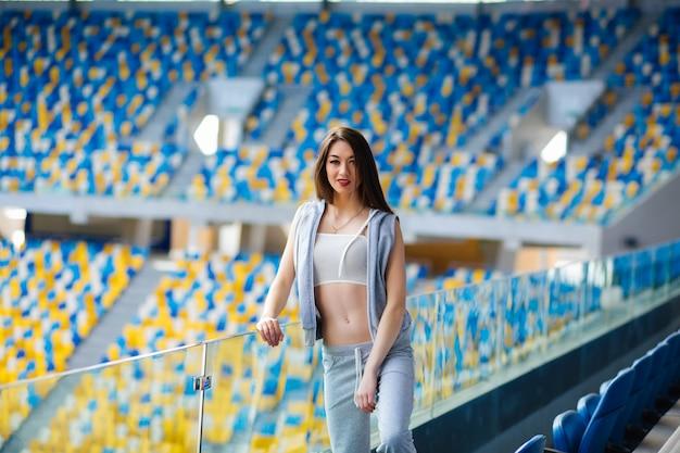 Garota desportiva no estádio