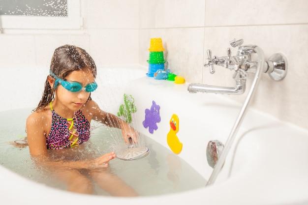 Garota divertida e emocional brincando com água com alegria
