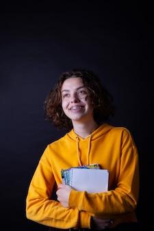 Garota do colegial com capuz amarelo