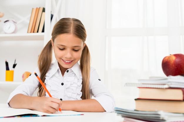 Garota do ensino fundamental fazendo lição de casa