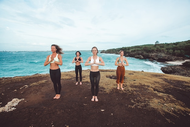 Garota do grupo fazendo yoga