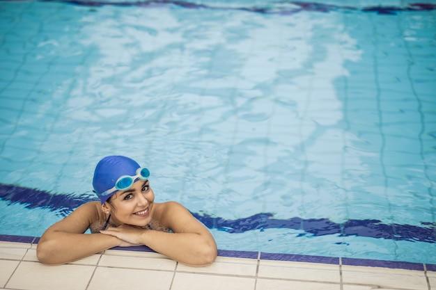 Garota do nadador na piscina
