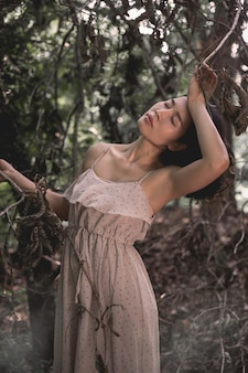 Garota do retrato na floresta
