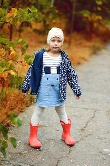 Garota doce e divertida no outono