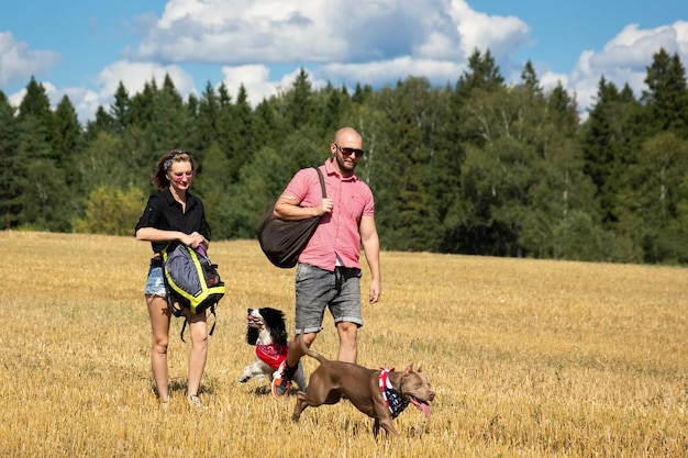 Garota e o homem com o cachorro