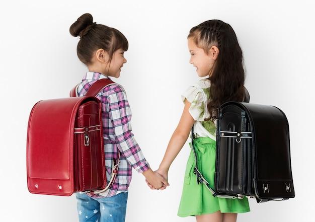 Garota e sua amiga estão indo para a escola