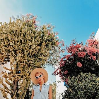 Garota em acessórios de moda de verão e roupa jeans em canárias. viagem clima de verão