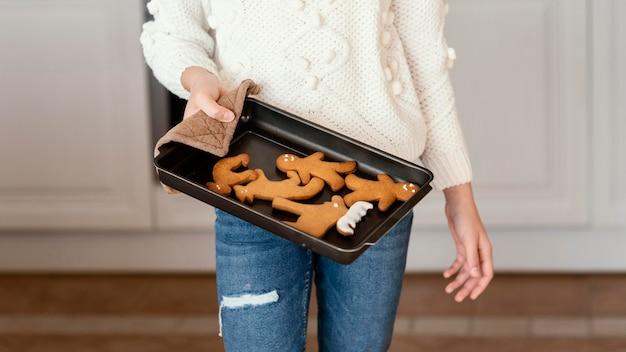 Garota em casa fazendo biscoitos