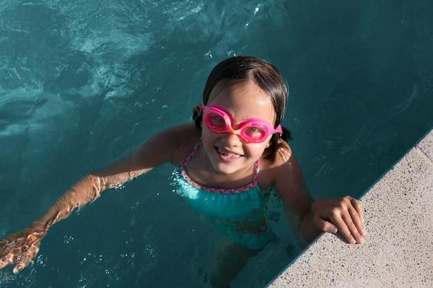 Garota em cena completa usando óculos de proteção