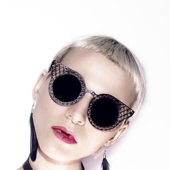 Garota em elegantes óculos de sol e joias. sotaque preto.