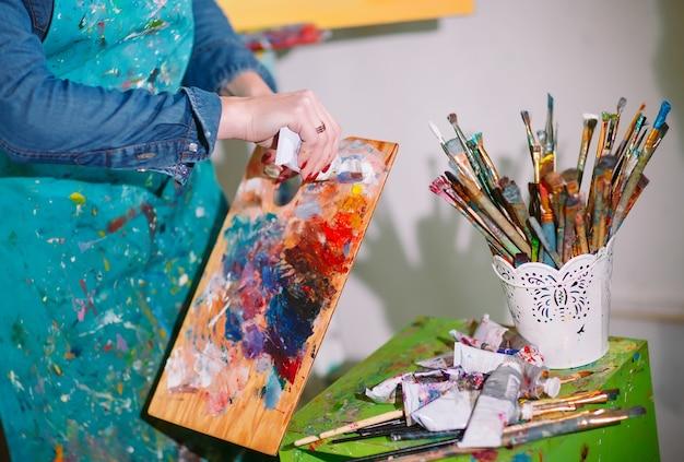 Garota em estúdio de pintura