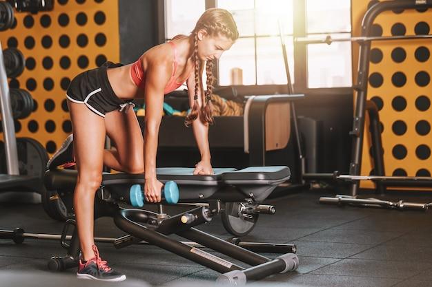 Garota em forma - treinamento de musculação